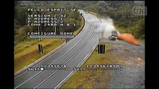 Vídeo mostra caminhão capotando em curva na BR-376, em Tijucas do Sul