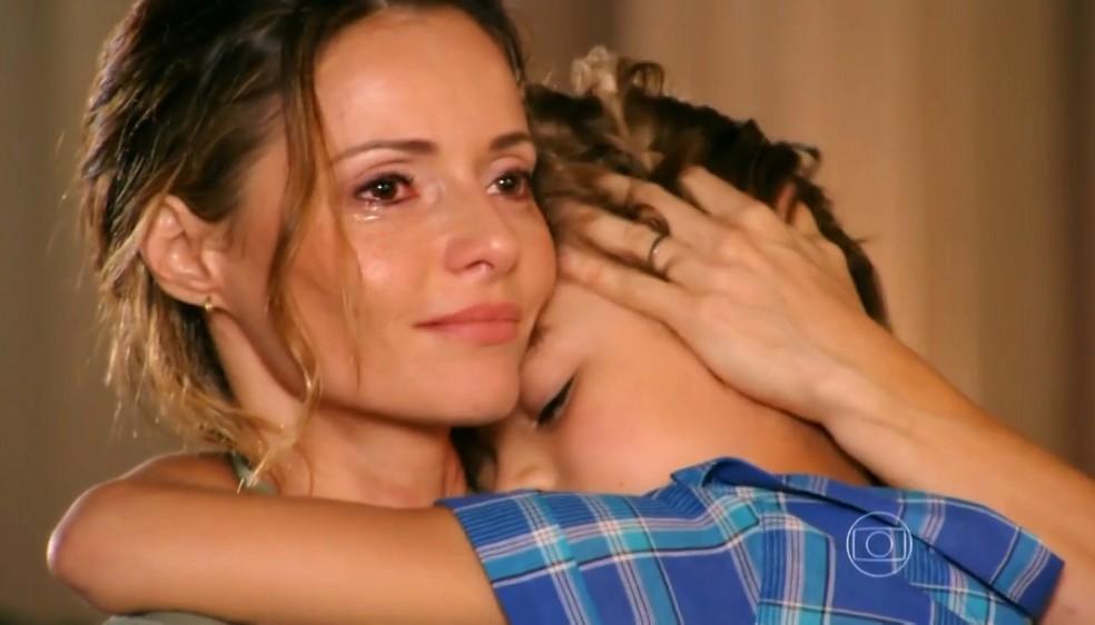 Doralice (Rita Guedes) dá colo a Samuca (Vitor Figueiredo) e o consola - 'Flor do Caribe' — Foto: Globo