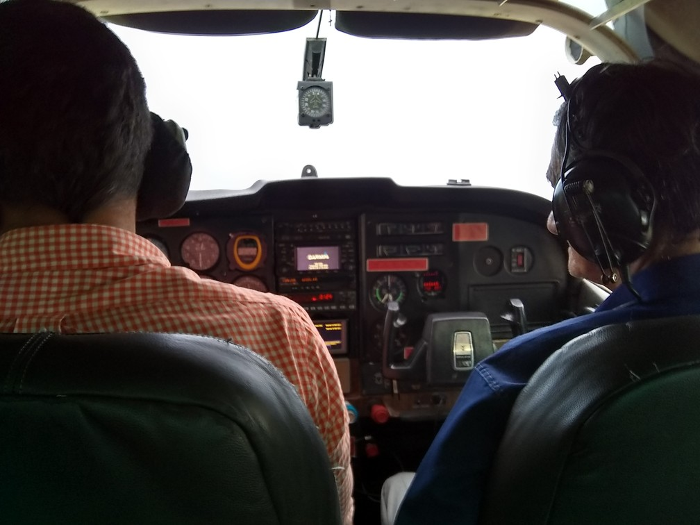 Ao lado de Erick Rocha (piloto), Geraldo Araújo construtor da casa-avião, pôde realializar o sonho pilotar um avião — Foto: Jheniffer Núbia