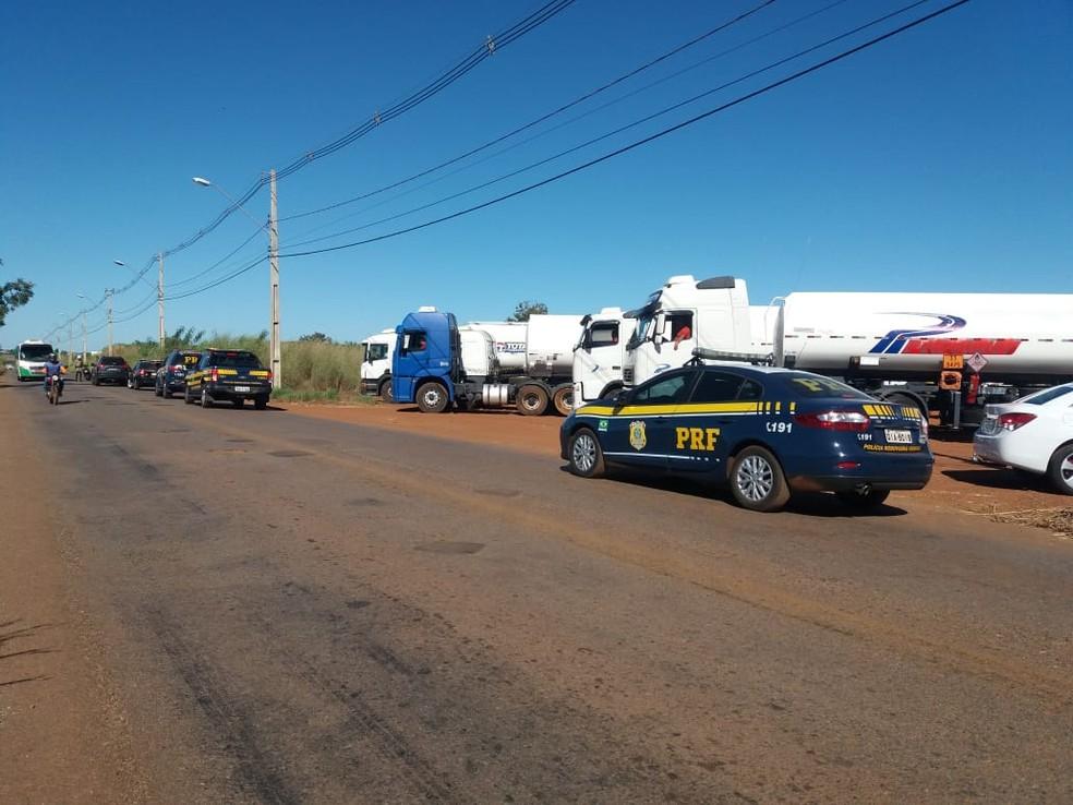 Caminhões abastecidos estão a caminho de Palmas e Araguaína (Foto: PRF/Divulgação)