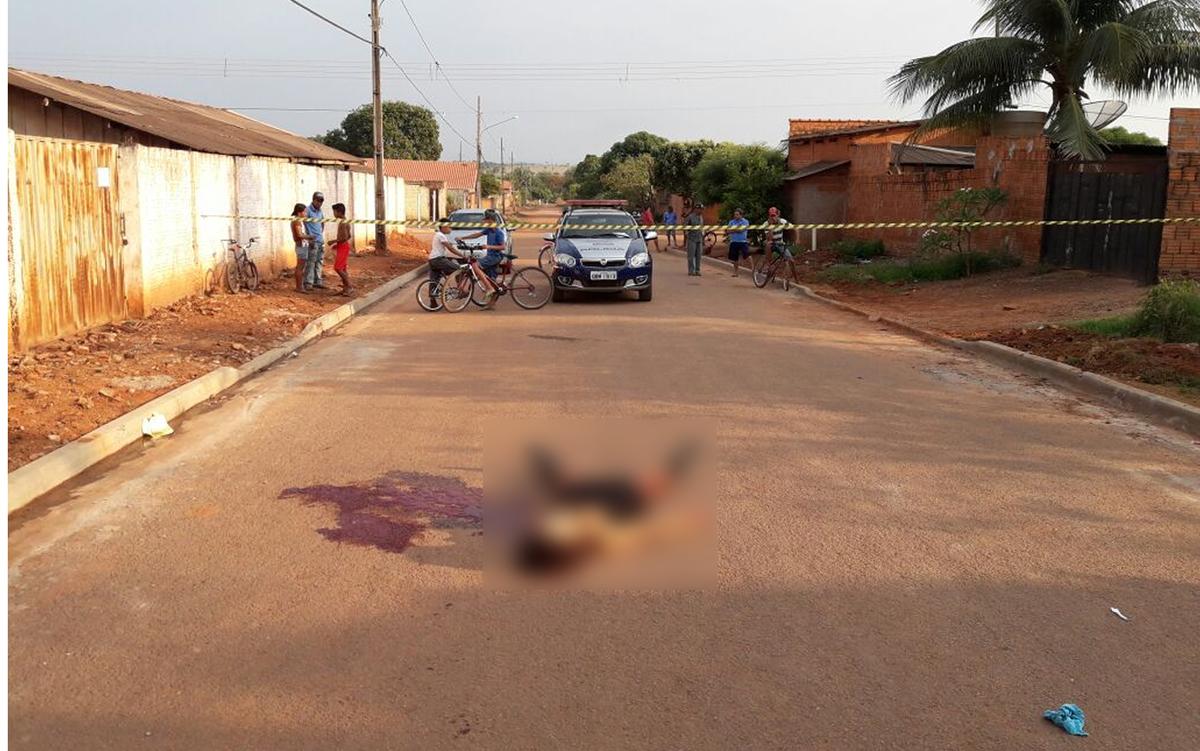 Mulher é morta a facadas no meio da rua e polícia procura por suspeito em MT