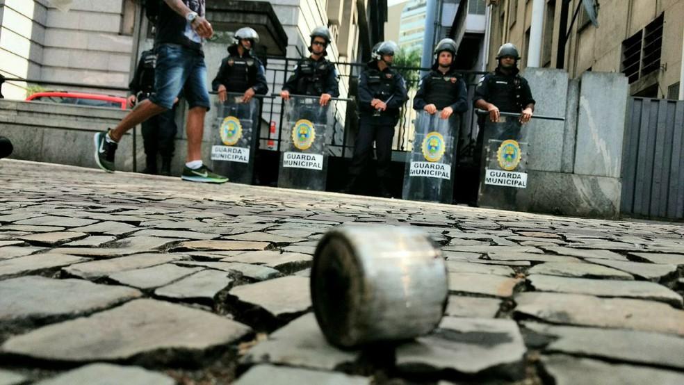 Bombas de efeito moral e de gás foram usadas para conter protesto de professores. (Foto: Amanda Emiliano/Arquivo pessoal)