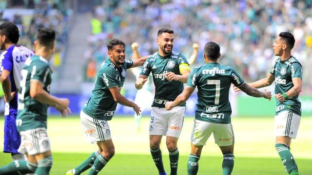 Bruno Henrique comemora um de seus dois gols pelo Palmeiras contra o Paraná