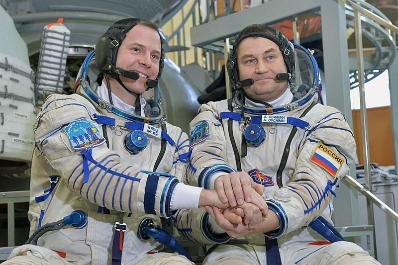 Nick Hague (à esquerda) e o russo Alexey Ovchinin (Foto: Divulgação/ NASA)