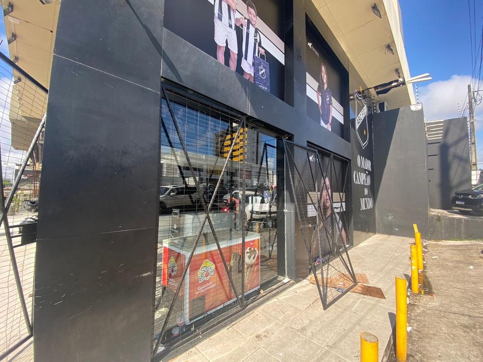 Grades da loja do ABC, em Natal, foram arrombadas durante a madrugada desta quinta (14). — Foto: Kleber Teixeira/Inter TV Cabugi