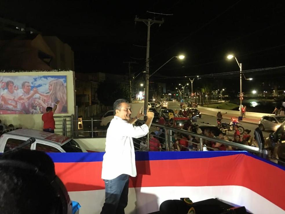 Rui Costa, reeleito governador da Bahia, chega para comemoração no Rio Vermelho, em Salvador — Foto: Itana Alencar/G1