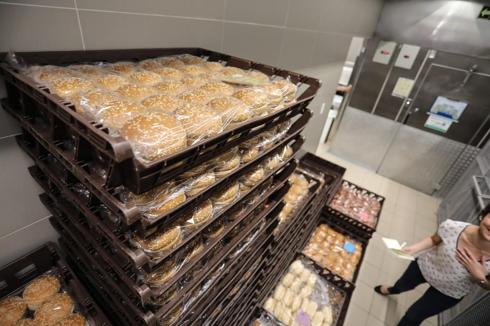 Pães no estoque seco do McDonald's da rua Henrique Schaumann, em São Paulo (Foto: Fábio Tito/G1)
