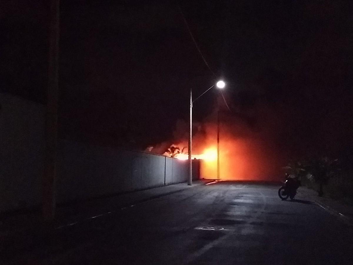 Incêndio toma conta de galpão dentro de condomínio em São Pedro da Aldeia, no RJ