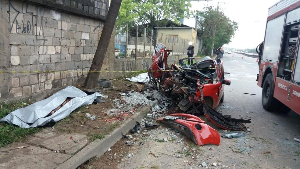 Carro fica destruído após bater em poste em Guarulhos; três pessoas morreram e motor foi arrancado com o impacto (Foto: Divulgação/Polícia Rodoviária Federal)