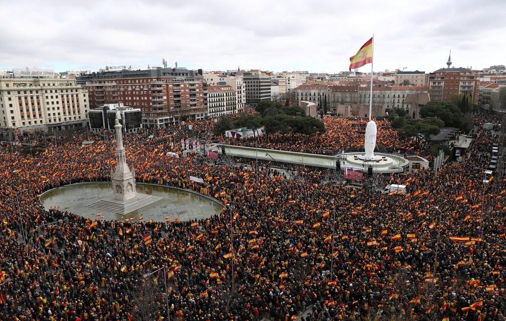 Partidos de direita protestam contra o presidente do governo espanhol Pedro Sanchez, em Madri, neste domingo (10)  — Foto: Sergio Perez/ Reuters