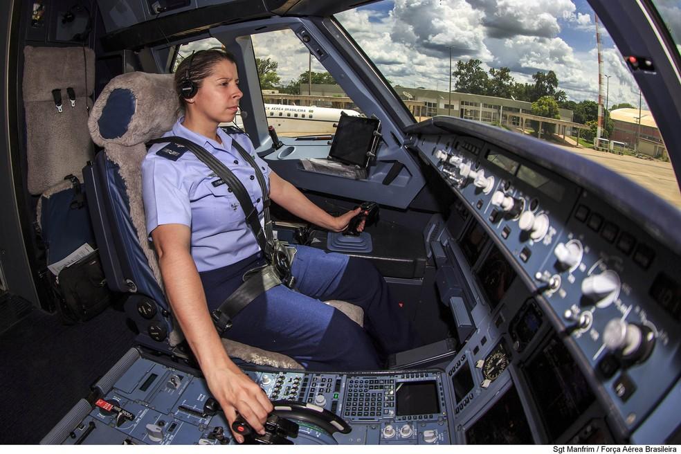 Capitão da Força Aérea Brasileira, Carla Borges é primeira mulher a pilotar o avião presidencial (Foto: Sargento Manfrim/FAB)