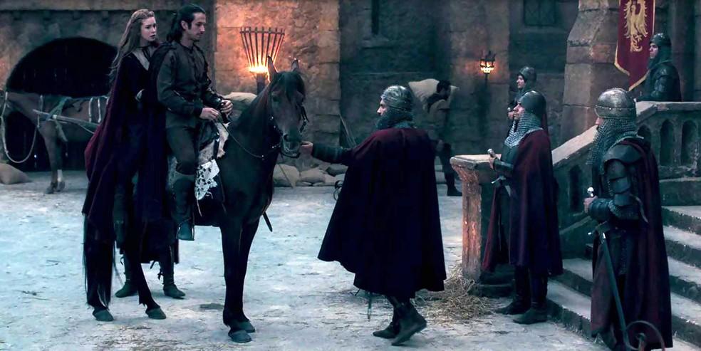 Eles entram no castelo e um dos guardas chama Afonso de alteza (Foto: TV Globo)