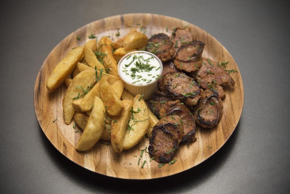 Linguiça defumada com batatas rústicas (Foto: Divulgação)