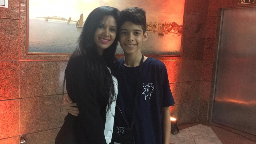 Emmanoel e a mãe durante premiação em Salvador — Foto: Alan Tiago Alves/G1