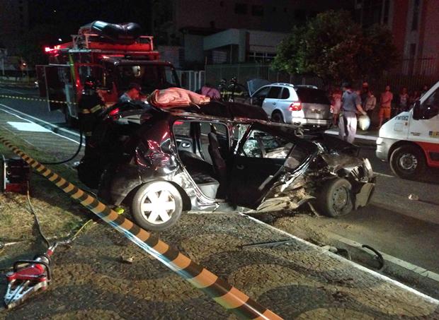 Carro atingido por porche ficou destruído; quatro estavam no carro (Foto: Junior Barone / Aplicativo TEM Você)