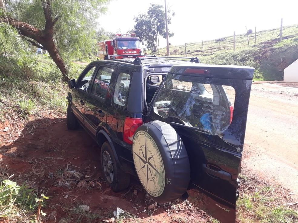 Vítimas de 74 e 56 anos ficaram presas dentro do veículo após acidente em Itaí — Foto: Corpo de Bombeiros/Divulgação