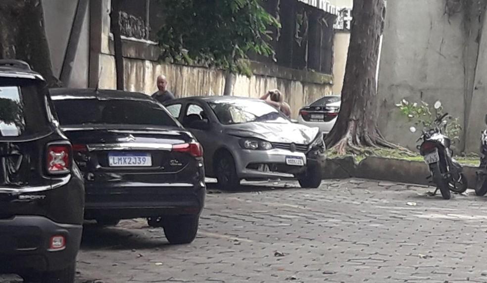 Carro onde Bunitinho estava, em um dos acessos ao Dendê — Foto: Gabriel Barreira/G1