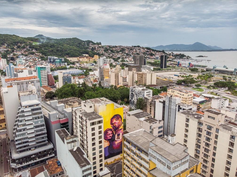 Painel foi instalado na região central de Florianópolis em um prédio de cerca de 12 andares — Foto: Instagrafite/ Divulgação