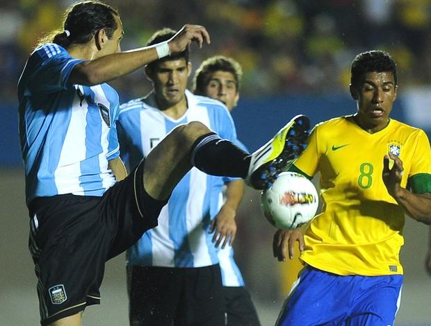 Paulinho e Barcos, Brasil x Argentina (Foto: Agência EFE)