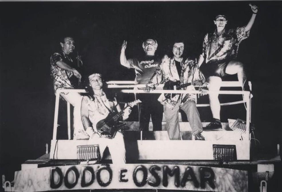 Osmar Macedo e seus filhos em cima da sua criação: o trio elétrico. Armandinho com visual roqueiro — Foto: Acervo pessoal/BBC