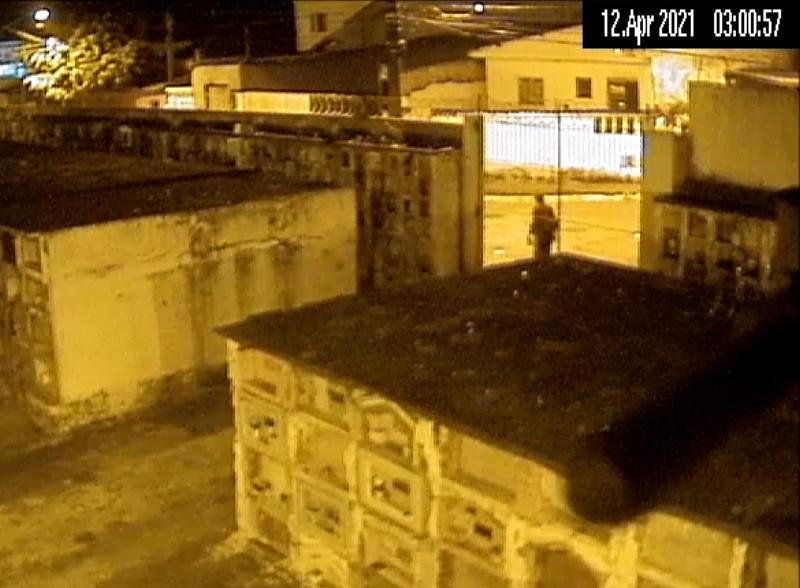 Após ser flagrado por câmeras, homem é impedido de furtar bronze de cemitério em Santos, SP