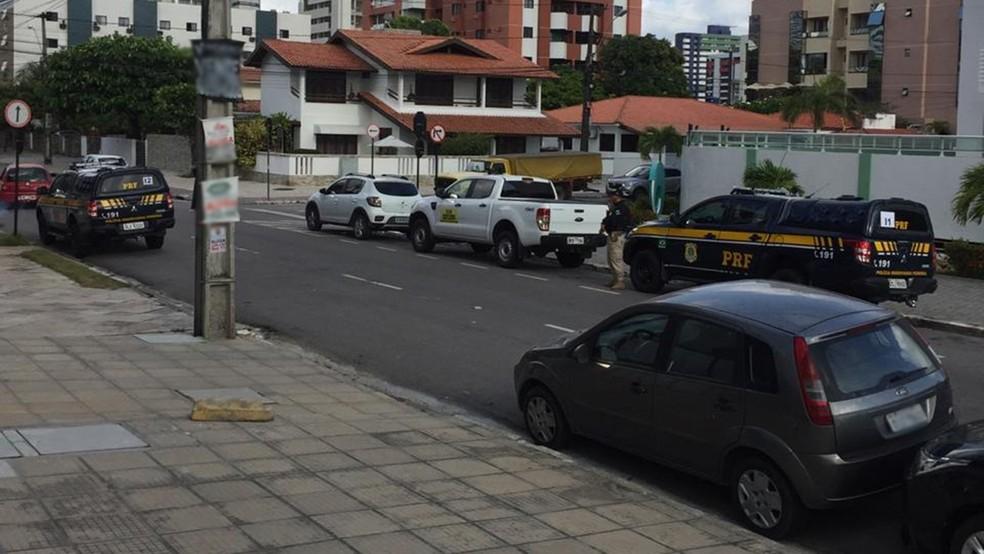 Polícia cumpre mandados da Operação Calvário no bairro do Cabo Branco, em João Pessoa — Foto: Caio Ismael/CBN Paraíba