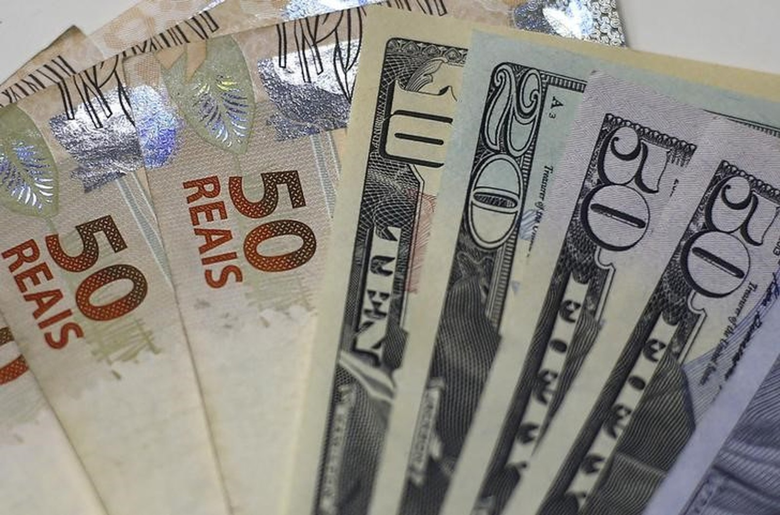 Dólar passa a subir, negociado acima de R$ 3,75 - Noticias