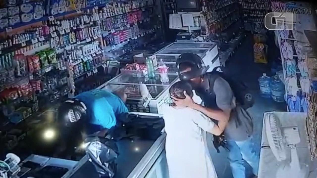 Vídeo mostra assaltante beijando idosa durante assalto no Piauí: 'não quero seu dinheiro'