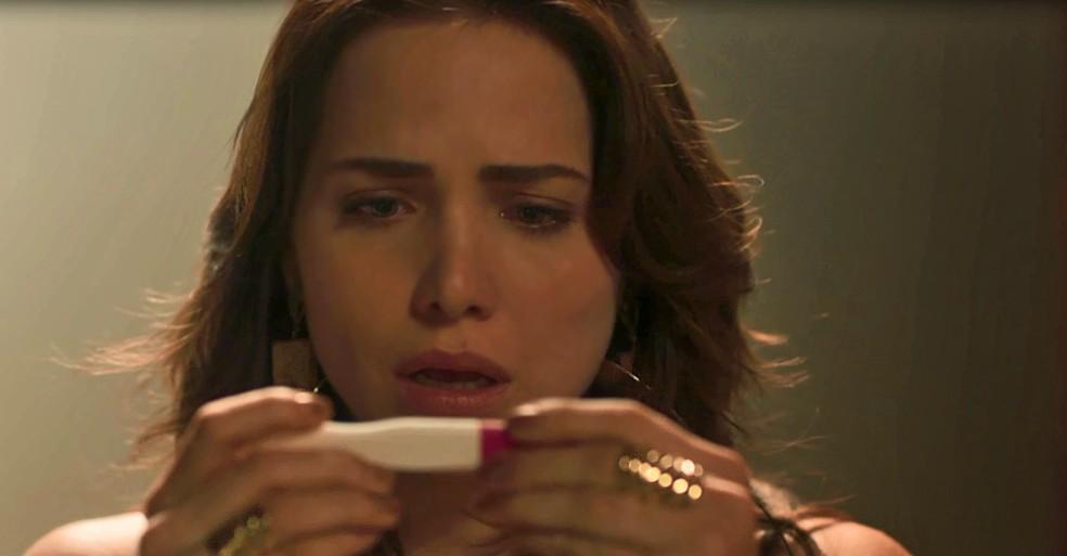 A irmã de Maura faz exame de gravidez e dá positivo (Foto: TV Globo)