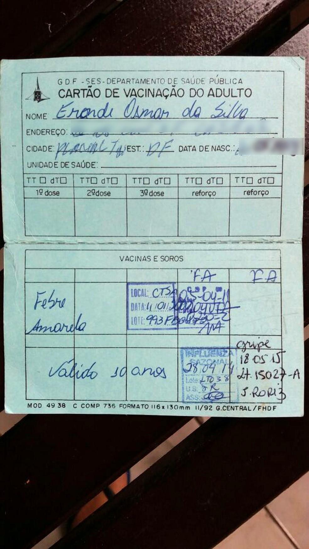 Cartão de vacinação de Eronde Silva mostra imunização contra febre amarela; ele morreu em janeiro de 2018. Eronde tomou duas doses da vacina (Foto: Arquivo Pessoal)