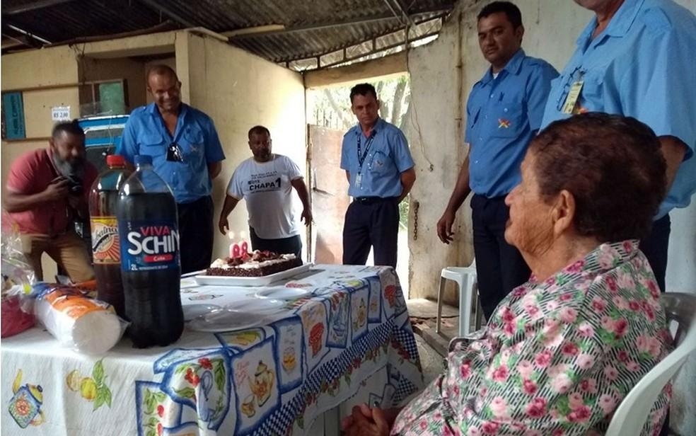 A enfermeira aposentada Maria Caraca e os motoristas que organizaram a festa de aniversário dela, em Campinas (Foto: Pedro Spadoni/G1)
