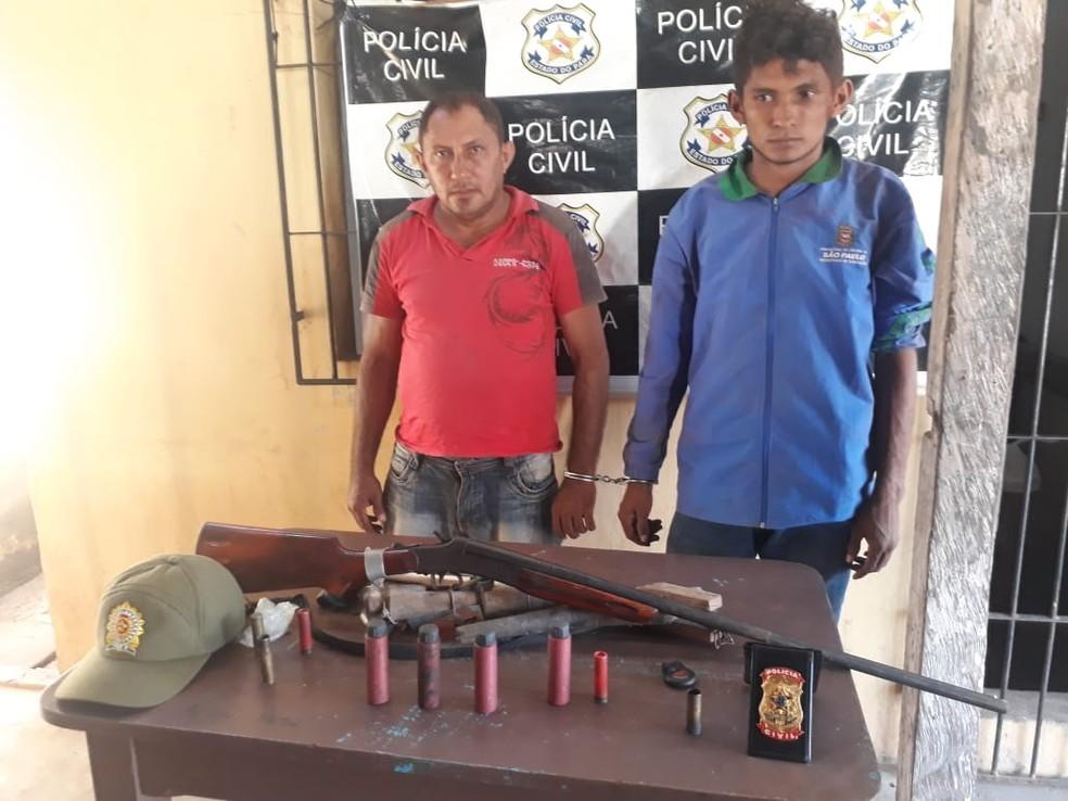-  Pai e filho presos por cárcere privado e porte ilegal de arma de fogo em Alenquer  Foto: Polícia Civil Alenquer/Divulgação