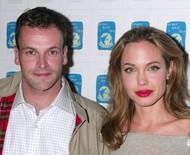 Angelina Jolie é flagrada de novo chegando em apartamento de primeiro marido - e aumenta rumores de revival