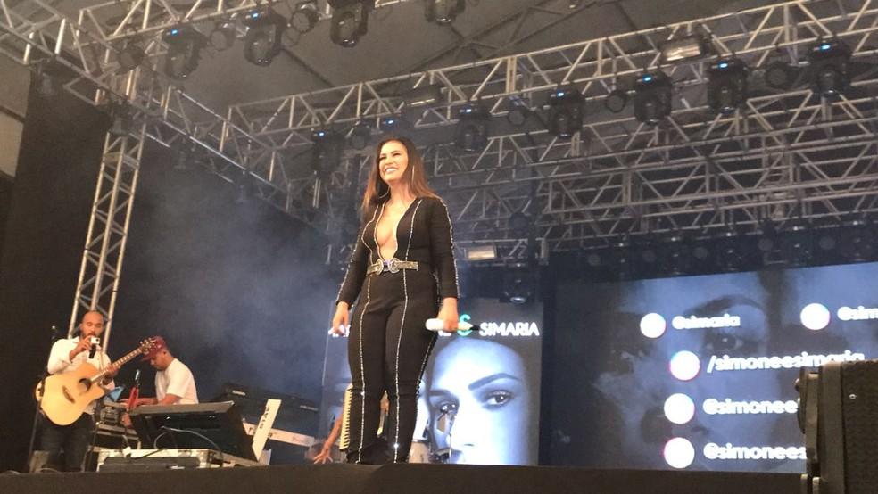 Simone fez show sem Simaria na Festa Junina de Votorantim (Foto: Mayara Corrêa/G1)