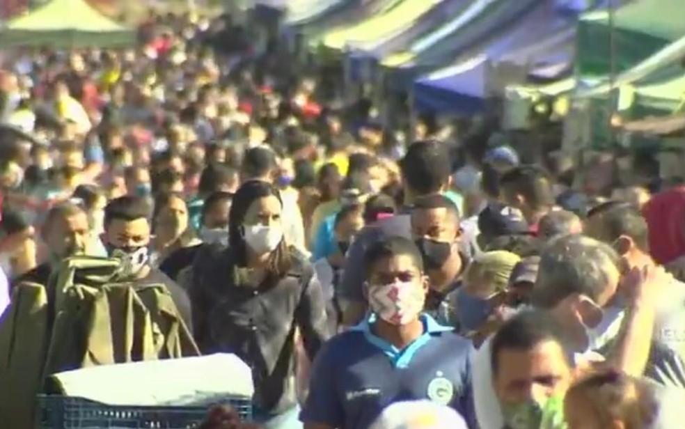 Apesar das regras de distanciamento, feira fica lotada em Aparecida de Goiânia, Goiás — Foto: Reprodução/TV Anhanguera