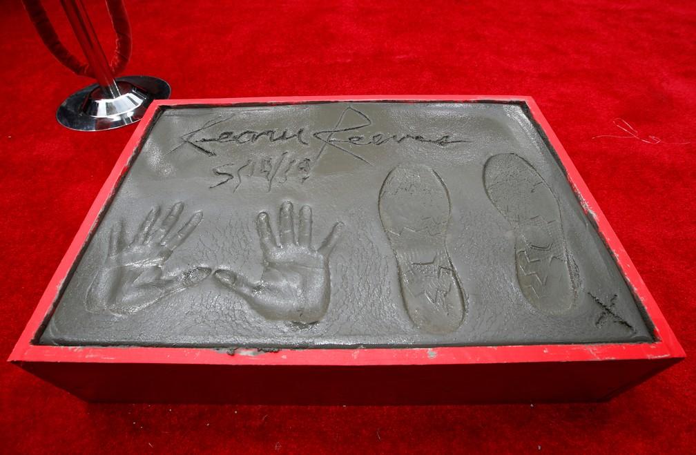 Marcas dos pés e da mãos de Keanu Reeves em teatro em Hollywood — Foto: REUTERS/Mario Anzuoni