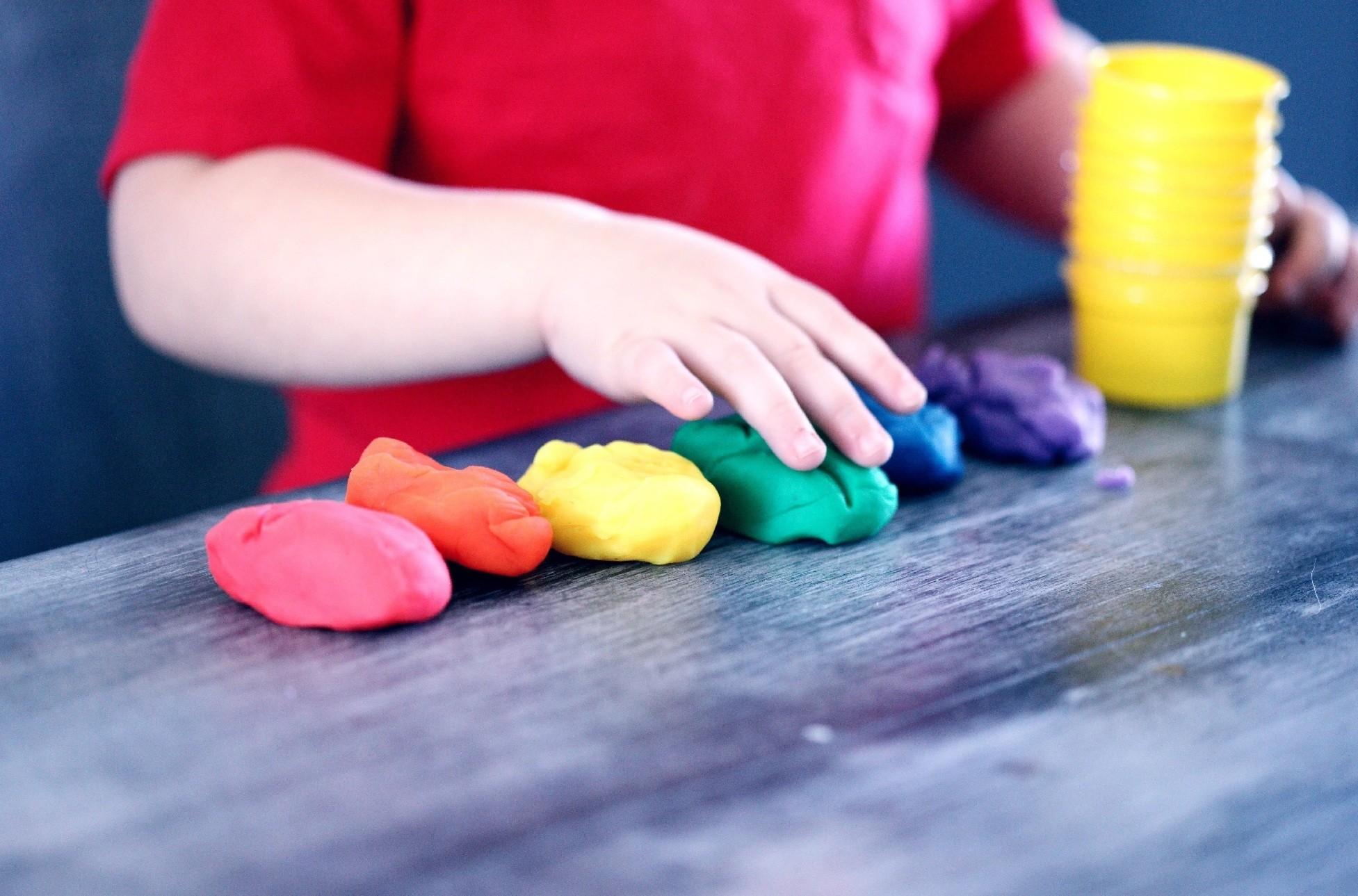 Criança brincando com massinha colorida (Foto: Sharon McCutcheon)
