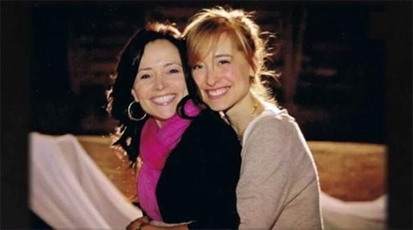 Sarah Edmondson e Allison Mack  (Foto: Reprodução A&E)