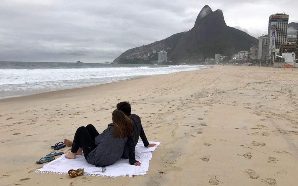Namorados aproveitam a tarde mais fria do ano na praia do Leblon (Foto: Káthia Mello/G1)