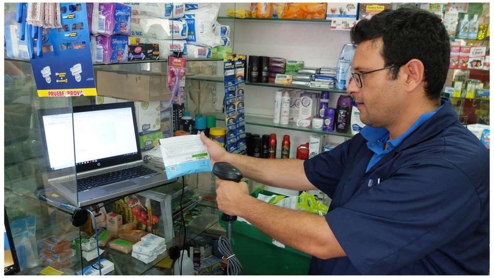 No Uruguai, a maconha só pode ser vendida em farmácias — Foto: BBC