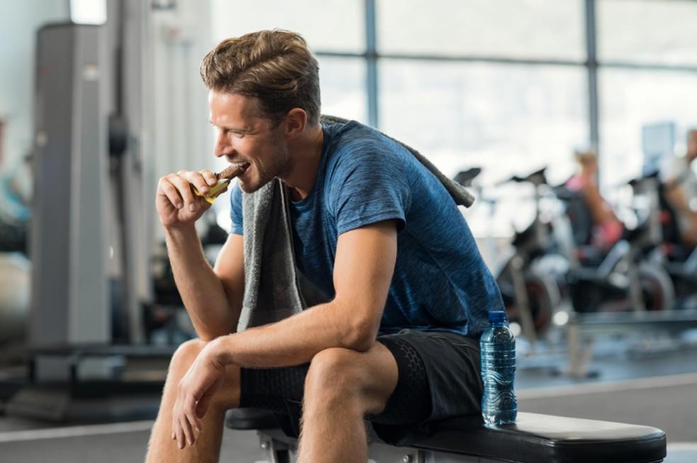 Suplementos esportivos são ricos em açúcares, assim como fast-food — Foto: iStock
