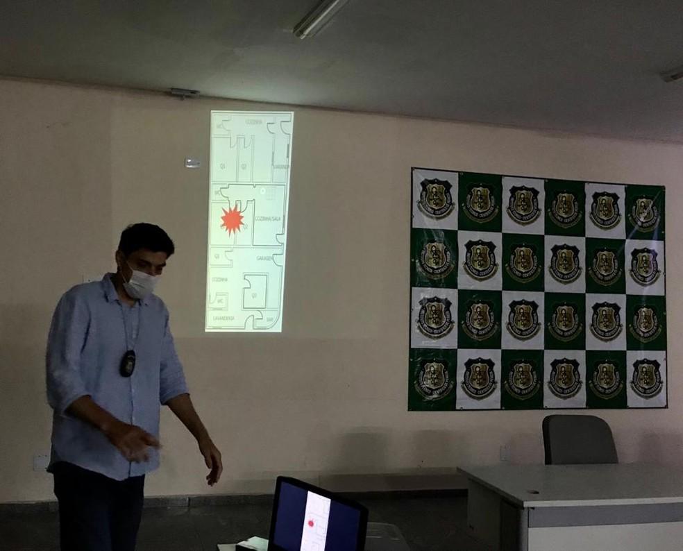 Perito Amaury Leite, do Itep, apresenta mapa com local onde explosão teria acontecido — Foto: Ayrton Freire/Inter TV Cabugi