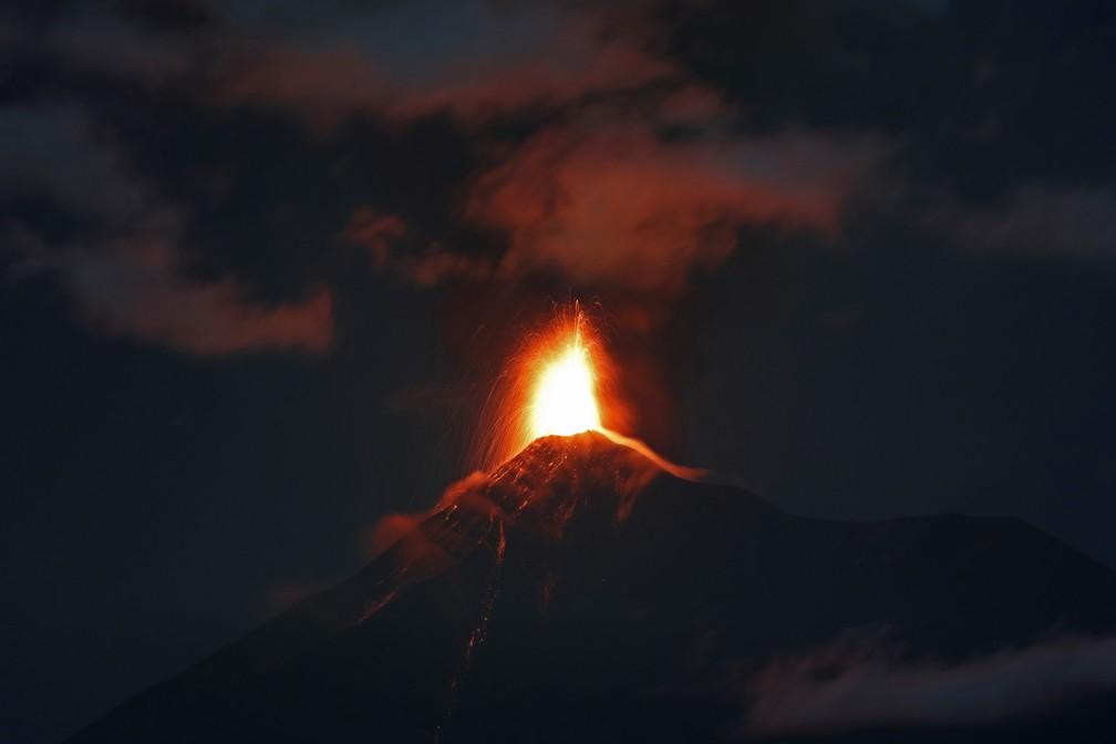Vulcão do Fogo, na Guatemala, expele lava nesta segunda-feira (19) — Foto: Moises Castillo/AP Photo