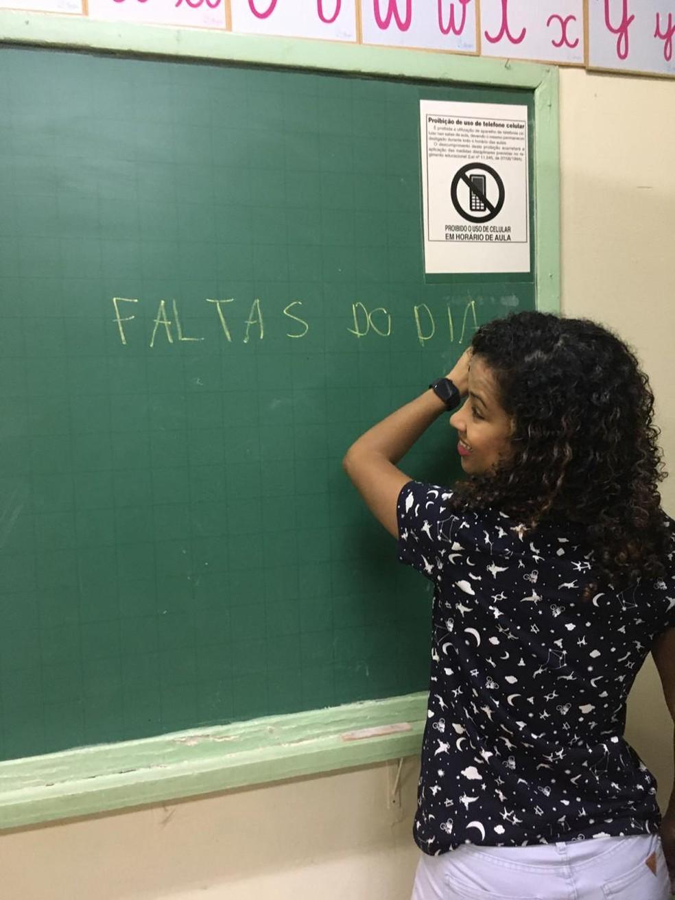 Lara criou uma  forma de fazer chamada, onde os alunos ajudam ela a identificar quem faltou.  — Foto: Acervo pessoal/Lucimara Rodrigues