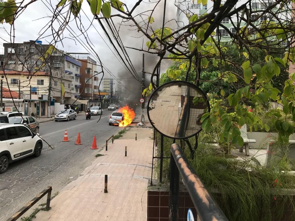 Carro pega fogo entre os municípios de Olinda e Paulista, no Grande Recife (Foto: Reprodução/WhatsApp)