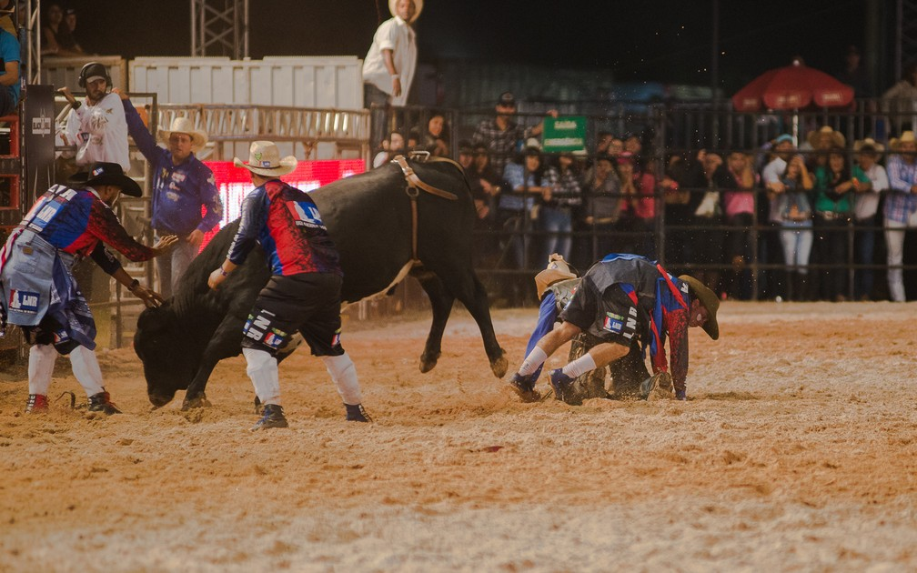 Peão sai ileso após quase ser pisoteado por touro no Ribeirão Rodeo Music 2018 (Foto: Érico Andrade/G1)