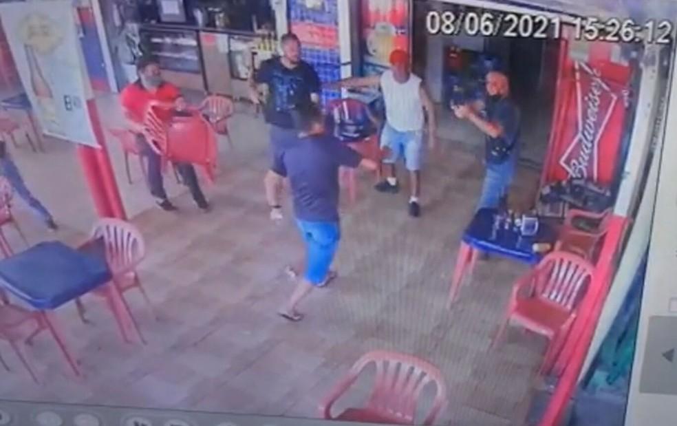 Homem tenta atacar PMs com faca e é baleado no DF — Foto: Reprodução
