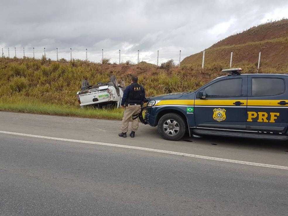 Veículo de saúde capotou na BR 408, no município de São Lourenço da Mata, na manhã desta quarta-feira (20) (Foto: PRF/Divulgação)