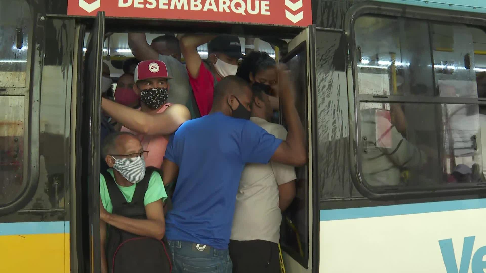 Ideal seria uma pessoa em cada banco do ônibus para minimizar risco de contaminação, diz infectologista