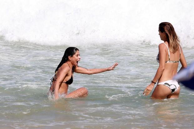 Anna Lima curte praia em dia ensolarado com amiga, no Rio (Foto: Dilson Silva / AgNews)